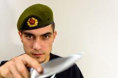 Воинский зеленый берет с ножом Стоковые Фотографии RF