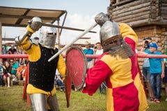 Воинский и исторический фестиваль реконструкция Рыцарь стоковые изображения rf