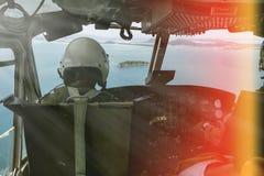 Воинский пилотный солдат на вертолете Стоковые Изображения