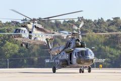 Воинский приземляться вертолетов Mi-17 Стоковые Фото