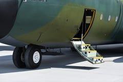 Воинский самолет Геркулеса на взлётно-посадочная дорожка Стоковые Фотографии RF