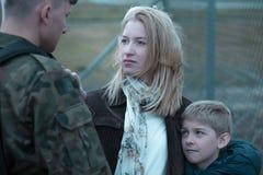 Воинский солдат говоря до свидания Стоковая Фотография