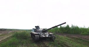 Воинский танк в движении на местности грязи земной видеоматериал