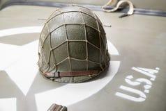 Воинский шлем на клобуке военного транспортного средства Стоковое Изображение RF