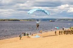 Воинский шлямбур parachutists на парашюте крыла исполняет cont Стоковая Фотография
