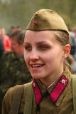 Воинский re - enactor в русской советской равномерной Второй Мировой Войне Советский женщина-солдат в форме Второй Мировой Войны Стоковое Фото