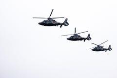 3 воинских вертолета военно-морского флота летая в строку Стоковая Фотография RF
