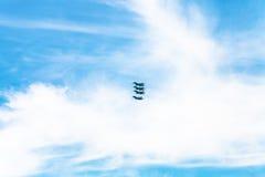 4 воинских истребительной авиации в белых облаках Стоковые Изображения