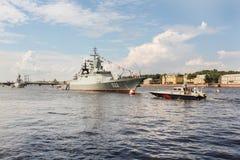 2 воинских корабли и шлюпки Стоковая Фотография RF