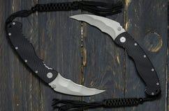 2 воинских ножа на черной предпосылке 2 полукруглых ножа Стоковые Фото