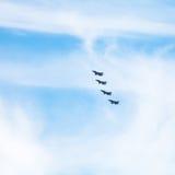 4 воинских реактивного истребителя в облачном небе Стоковая Фотография