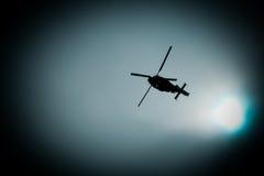 Воинское летание вертолета военно-морского флота в темном небе Стоковая Фотография