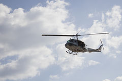 Воинское летание вертолета в небе Стоковая Фотография
