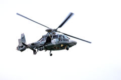 Воинское изолированное летание вертолета военно-морского флота - Стоковая Фотография