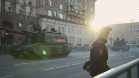 Воинское машинное оборудование управляя через улицы Москвы акции видеоматериалы