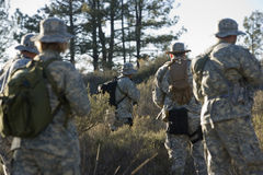 Воины во время тренировки в лесе Стоковая Фотография