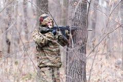 Воин в камуфляжной форме Стоковое фото RF