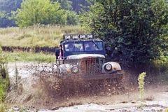 воиска автомобиля с старой участвуя в гонке дороги Стоковые Фотографии RF