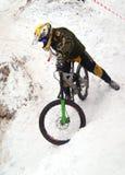 воиска одетьнные велосипедистом стоковое изображение rf