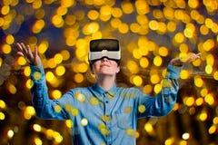 двойная экспозиция Женщина с изумлёнными взглядами виртуальной реальности Свет ночи стоковые фотографии rf