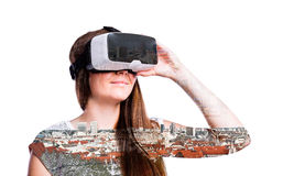 двойная экспозиция Женщина с изумлёнными взглядами виртуальной реальности дома кудель Стоковое Изображение
