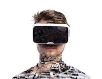 двойная экспозиция Изумлённые взгляды виртуальной реальности человека нося Город стоковое изображение rf