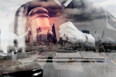 двойная экспозиция правосудия и концепции закона Мужской судья в суде Стоковая Фотография