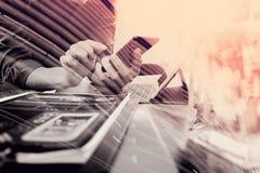 двойная экспозиция руки используя умный телефон, передвижной оплаты бизнесмена Стоковые Изображения RF