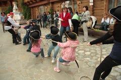 война гужа игры детей стоковое изображение rf