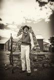 Война 1812 или Rev Война Reenactor Standing с мушкетом в периоде Стоковые Фото