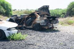 Война подписывает покинутый автомобиль, который сгорели после взрывать города стоковая фотография rf
