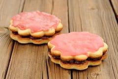 2 двойных круглых торта песка украшенного с розовыми замороженностью и вареньем дальше Стоковая Фотография