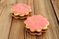 2 двойных круглых торта песка украшенного с розовыми замороженностью и вареньем дальше Стоковое фото RF