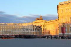 Войска в парадной форме одежды на дворце придают квадратную форму в ligh вечера Стоковое Изображение