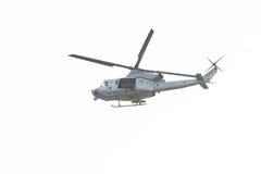 Войска полно подготовили летание вертолета в небе Стоковые Изображения