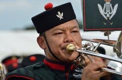 Войска татуируют COLCHESTER ESSEX Великобританию 8-ое июля 2014: Труба солдата Гуркхы дуя Стоковые Фотографии RF
