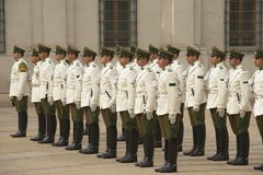 Войска Carabineros соединяют присутствуют на изменяя церемонии перед дворцом Moneda Ла президентским, Сантьяго предохранителя, Чи Стоковое Изображение