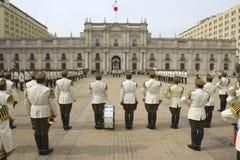 Войска Carabineros соединяют присутствуют на изменяя церемонии перед дворцом Moneda Ла президентским, Сантьяго предохранителя, Чи Стоковые Фото