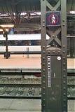 Вокзал ` s Копенгагена ожидает отклонения пассажирского поезда стоковые фотографии rf