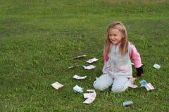 вокруг девушки kneeing меньшие деньги Стоковая Фотография RF
