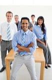 вокруг деловых партнеров стоя таблица Стоковое Фото