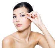 вокруг женщины красивейшей кожи глаз касающей Стоковое фото RF