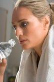 вокруг женщины полотенца спорта гимнастики питья стоковые изображения
