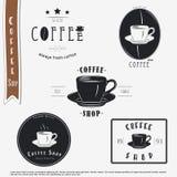 вокруг магазина кофейных чашек фасолей свежего Еда и обслуживание Комплект типографских ярлыков иллюстрация штока