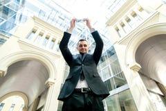 вокруг мира Успешный бизнесмен в удерживании официально носки Стоковые Фотографии RF