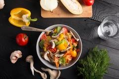 вокруг морковей капусты палочки cauliflower фокусируют желтый цвет овощей stir зеленого перца fry красный Стоковое Изображение RF