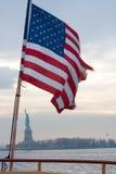 вокруг обернутой статуи вольности флага Стоковое Изображение