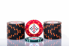 вокруг обломоков карточек глубина чувствовала, что поле сыграло в азартные игры зеленые игроки людей играя таблицу покера отмелую стоковое фото