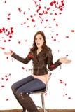 вокруг падая женщины роз стоковое изображение rf