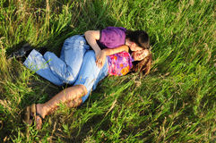 вокруг пар играя детенышей Стоковые Фотографии RF